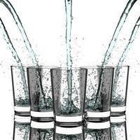 bevendo acqua.
