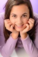 Adolescente sonriendo en primer plano púrpura retrato