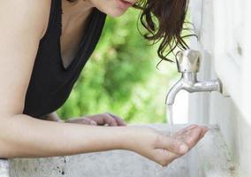 vrouw drinkwater in park