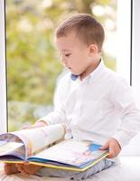 niño pequeño está leyendo el libro
