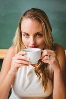 belle femme d'affaires, boire du café