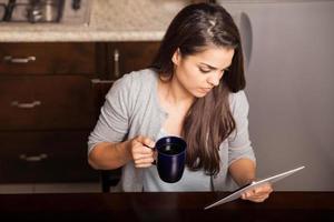 leyendo y tomando café foto