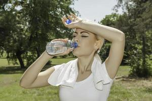 mulher loira atraente bebendo água