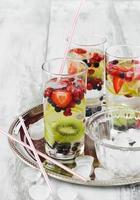 bebida fría con bayas frescas foto