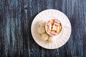 bolas de coco dulces y bebidas foto