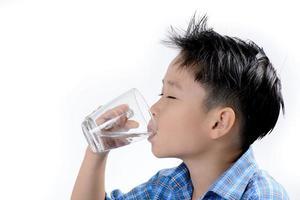menino bebe água com remédio