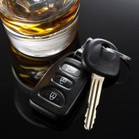 chiavi della macchina e bevanda alcolica