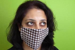 Indiase vrouw draagt een masker tegen Mexicaanse griep