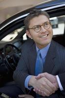 homem de negócios, sentado no carro