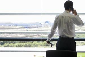 empresário falando no telefone no escritório
