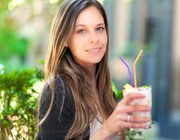 hermosa mujer tomando una copa