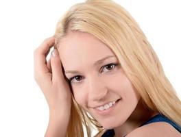Retrato, mujer joven rubia, sonriendo