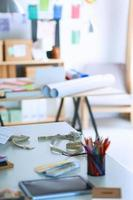 designer werkplek met naai poppen, op kantoor