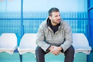 Entrenador de fútbol sentado en el banquillo. foto