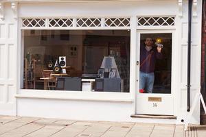 dueño de la tienda abriendo disco, cd y tienda de alta fidelidad foto