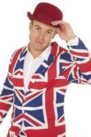 Hombre británico en chaqueta Union Jack y bombín rojo foto