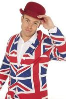 homem britânico na jaqueta union jack e chapéu-coco vermelho