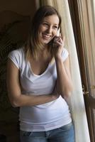 garota muito feliz em falar ao telefone