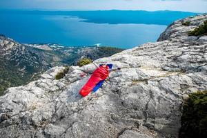 vrouw in slaapzak op de berg