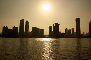 retroiluminado paisaje urbano a través de un río foto