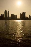 Paisaje urbano retroiluminado a través de un río orientado verticalmente foto