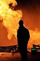 silueta de quema de gas