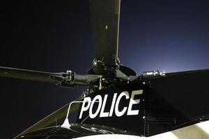 de bladen van een helikopter met de politie eronder geschreven
