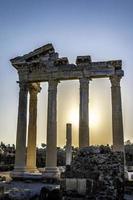 pilares antiguos - amanecer foto