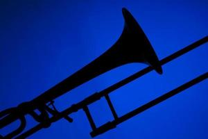 silhueta de trombone isolada em azul