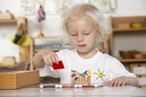 jong meisje spelen op montessori / pre-school