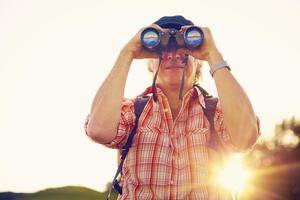 lente binoculares hombre sombrero