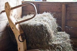 joug et balles de foin dans une grange