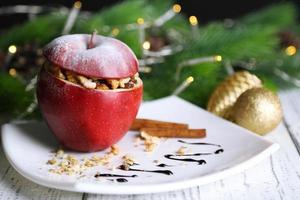 Navidad rellena de manzana con nueces en la mesa de cerca