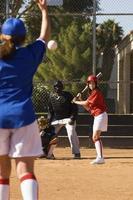 lanzador lanzando softball hacia el bateador foto