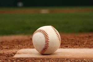 Béisbol en el montículo de lanzadores de un campo foto