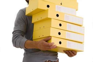 Hombre con pila de archivos de caja, sección media, recortar
