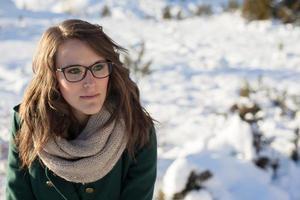 mujer joven en la nieve foto