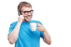 hombre alegre bebiendo té