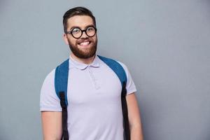 vrolijke mannelijke nerd camera kijken