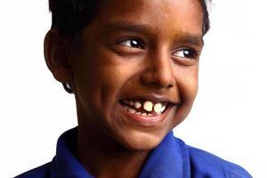 alegre muchacho adolescente indio foto