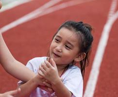 vrolijk meisje in sportstadion