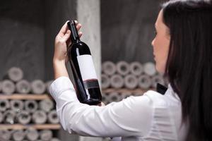 alegre camarera está eligiendo bebida perfecta foto