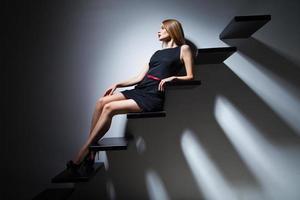 mujer de modelo de moda muy alegre en escalera foto