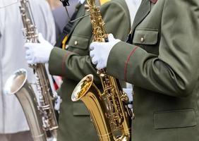 militaire muzikanten met saxofoons