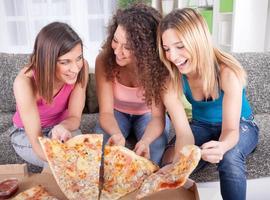 trois, gai, jeune femme, manger pizza, chez soi