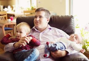 niños pequeños con padre foto