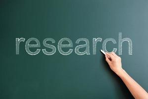 pesquisa escrita no quadro-negro