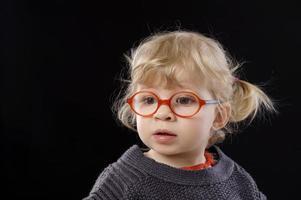 piccolo todder con gli occhiali