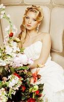 Beauté jeune mariée seule dans un intérieur vintage de luxe avec un