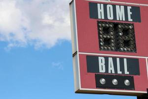 """tabellone segnapunti di baseball rosso che dice """"palla a casa"""""""